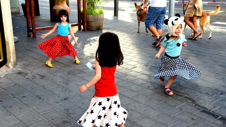 אומנות השיגרה - רוקדות ברחובות
